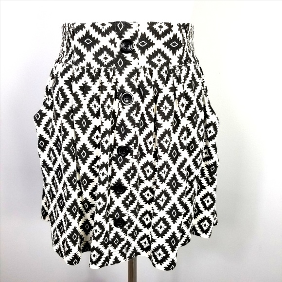 Twentyone Dresses & Skirts - TWENTYONE Black White Aztec Mini Skirt Pockets M